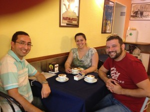 Fernando, Luciana e eu. (além do dedo da funcionário do café, que tirou a foto rs)